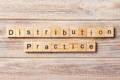 Palavra da prática da distribuição escrita no bloco de madeira texto na tabela, conceito da prática da distribuição imagens de stock