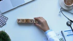Palavra da prevenção composta dos cubos pela mão fêmea do doutor, promoção da vacinação filme