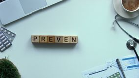 Palavra da prevenção feita de cubos de madeira parar o movimento, opinião superior da conscientização da vacinação filme