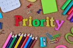 Palavra da prioridade na cortiça foto de stock