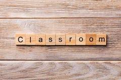 Palavra da sala de aula escrita no bloco de madeira Texto da sala de aula na tabela de madeira para seu desing, conceito foto de stock