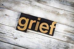 Palavra da tipografia do sofrimento no fundo de madeira fotos de stock royalty free