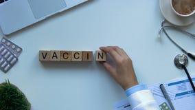 A palavra da vacinação feita em cubos de madeira por doutores entrega, prevenção epidêmica video estoque