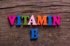 Palavra da vitamina B feita de letras de madeira imagens de stock royalty free