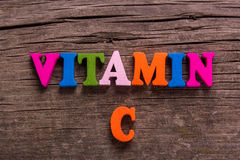 Palavra da vitamina C feita de letras de madeira foto de stock