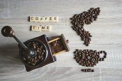 Palavra das citações do tempo do café com os feijões de café Roasted colocados no s imagem de stock royalty free