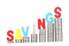 A palavra 'das ECONOMIAS' arranjou na pilha de moedas fotografia de stock royalty free