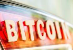 Palavra de Bitcoin na luz da cauda Fotos de Stock