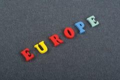 Palavra de EUROPA no fundo preto composto das letras de madeira do bloco colorido do alfabeto do ABC, espaço da placa da cópia pa Foto de Stock