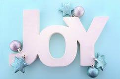 Palavra de madeira do Natal, alegria no fundo azul Fotografia de Stock Royalty Free