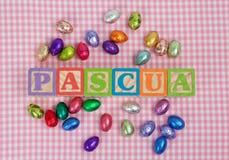 Palavra de Pascua em letras de bloco de madeira Fotos de Stock