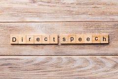 Palavra direta do discurso escrita no bloco de madeira texto direto do discurso na tabela de madeira para seu desing, conceito foto de stock