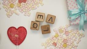 Palavra do amor em cubos de madeira, em tradições da família e em valores, relacionamento romântico video estoque