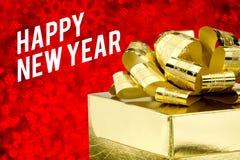 Palavra do ano novo feliz com a caixa de presente dourada com fita e colorfu Foto de Stock