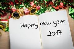 Palavra do ano novo feliz 2017 no caderno com a decoração FO do ano novo Imagem de Stock