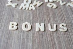 Palavra do BÔNUS de letras de madeira do alfabeto Negócio e ideia imagens de stock royalty free