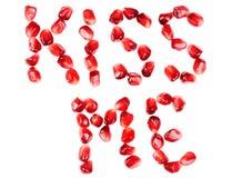 Palavra do beijo mim das sementes de uma romã Fotografia de Stock Royalty Free