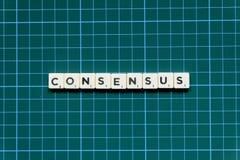 Palavra do consenso feita do bloco quadrado da letra no fundo quadrado verde da esteira imagem de stock