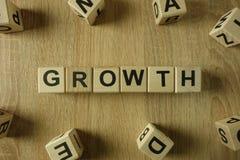 Palavra do crescimento dos blocos de madeira imagens de stock