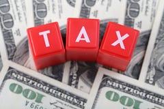 Palavra do imposto com dinheiro fotos de stock royalty free