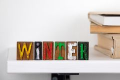 Palavra do inverno das letras de madeira coloridas foto de stock royalty free
