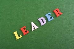 Palavra do LÍDER no fundo verde composto das letras de madeira do bloco colorido do alfabeto do ABC, espaço da cópia para o texto Imagem de Stock Royalty Free