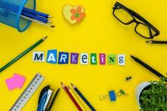 Palavra do mercado construída com letra cinzelada no local de trabalho amarelo Fotografia de Stock