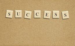 Palavra do sucesso na placa da cortiça Fotografia de Stock Royalty Free
