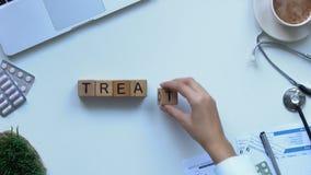 Palavra do tratamento composta pelo doutor de cubos de madeira, cuidados médicos da senhora, vista superior video estoque