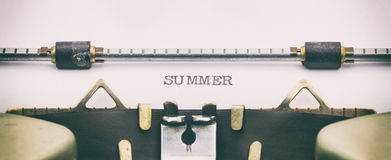 Palavra do verão em maiúsculo na folha branca Fotografia de Stock