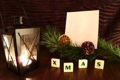 Palavra do Xmas com Livro Branco, vela da lanterna elétrica, ramo do pinho e laranja Foto de Stock Royalty Free