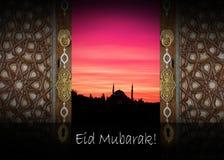 a palavra EID MUBARAK escrito ao lado de uma mesquita Foto de Stock Royalty Free
