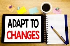 A palavra, escrevendo adapta-se às mudanças Conceito do negócio para o futuro novo da adaptação escrito no portátil da tabuleta,  imagem de stock royalty free