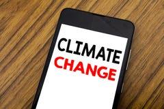Palavra, escrevendo alterações climáticas da escrita Conceito do negócio para o aquecimento global do planeta escrito no telefone Imagem de Stock