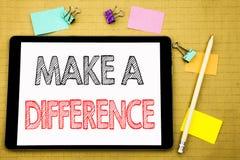 A palavra, escrevendo faz a diferença Conceito do negócio para o sucesso da motivação escrito no portátil da tabuleta, fundo de m fotos de stock
