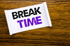 Palavra, escrevendo o tempo da ruptura Conceito do negócio para a pausa da parada da oficina do trabalho escrita no papel de nota Fotografia de Stock