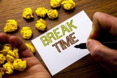Palavra, escrevendo o tempo da ruptura Conceito para a pausa da parada da oficina do trabalho escrita no papel de nota do caderno Imagens de Stock Royalty Free