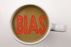 Palavra, escrevendo o texto diagonal no café no copo O conceito do negócio para o preconceito inclinou o tratamento injusto no fu Imagem de Stock Royalty Free