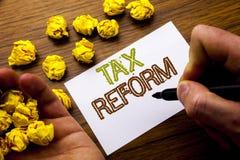 Palavra, escrevendo a reforma fiscal Conceito para a mudança do governo nos impostos escritos no papel de nota do caderno no fund fotos de stock royalty free