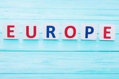 Palavra Europa no fundo de madeira azul Copie o espaço e o foco seletivo Fotografia de Stock