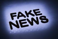 palavra ' falsificação news' fotografia de stock