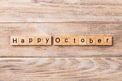Palavra feliz de outubro escrita no bloco de madeira Texto feliz na tabela, conceito de outubro imagens de stock
