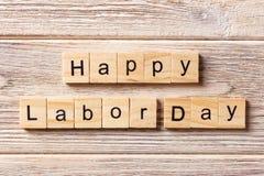 Palavra feliz do Dia do Trabalhador escrita no bloco de madeira Texto feliz na tabela, conceito do Dia do Trabalhador Fotografia de Stock Royalty Free