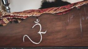 Palavra hindu sagrado 'OM 'em sânscrito cinzelado em um suporte de madeira para os scriptures imagem de stock royalty free