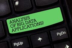 Palavra que escreve a análise do texto de aplicações de Big Data Conceito do negócio para o teclado moderno dos apps das tecnolog imagens de stock