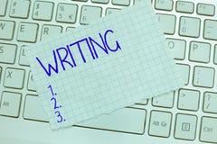 Palavra que escreve a escrita do texto O conceito do negócio para a ação de escreve algo que faz papéis de letras das notas impor fotografia de stock