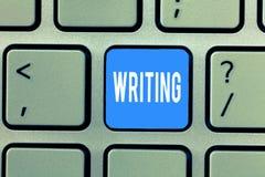 Palavra que escreve a escrita do texto O conceito do negócio para a ação de escreve algo que faz papéis de letras das notas impor fotografia de stock royalty free
