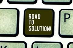 Palavra que escreve a estrada do texto à solução Conceito do negócio para o trajeto você vai resolver o problema ou o teclado dif foto de stock