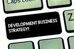 Palavra que escreve a estratégia empresarial do desenvolvimento do texto Conceito do negócio para o teclado estratégico do plano  fotografia de stock royalty free