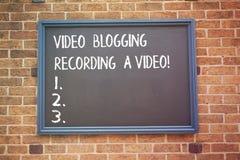 Palavra que escreve a gravação publicando em blogs do vídeo do texto um vídeo Conceito do negócio para a influência social do blo foto de stock